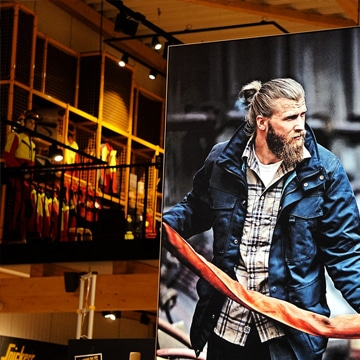 Eine freistehendes Leuchtdisplay von Luminatore im Snickers Concept Store