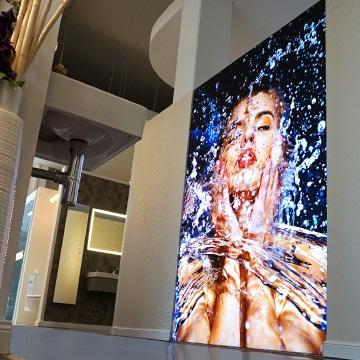 Ein Raumteiler bestehend aus einer Luminatore LED-Leuchtwand im G.U.T Liedelt & Schwanbeck Showroom