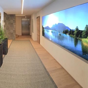 Luminatore LED-Lichtwandsystem in einem Hotelflur